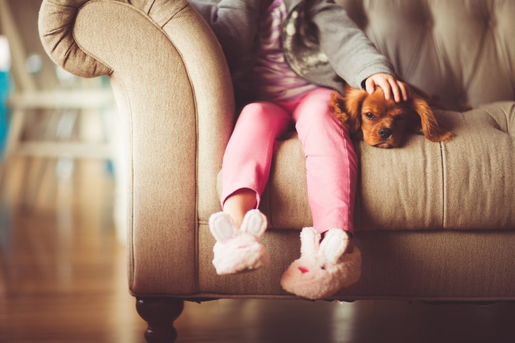 niños solos en casa protegidos por alarmas silenciosas