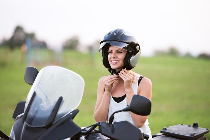 Casco de moto homologado.
